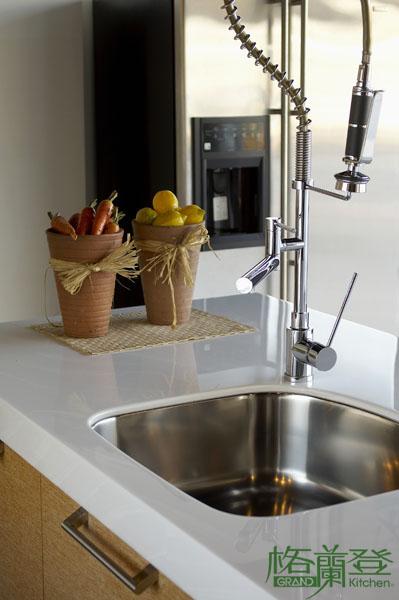 格蘭登廚具 現代極簡系列 實木薄片烤漆 台北作品 造型水龍頭近照